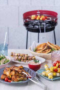 Der Sommer ist da und die Grillsaison ist eröffnet! Dabei müssen nicht immer nur die Klassiker auf den Rost – Wie wäre es zum Beispiel mit Ananas-Käse-Spießen oder knusprigem Grill-Brot? Vegetarisch, vegan, fleischig, pikant, süß, deftig. Käse, Spieße, Grillbrot, Salate, Beilagen, Desserts. In unserer Rezeptesammlung ist für alle etwas passendes dabei. An die Grillzange, fertig, los!