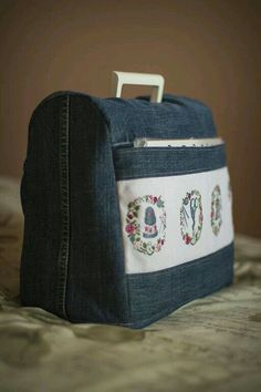 Funda maquina de coser - looks like a sewing machine cover, with cross stitched motifs on the pocket!