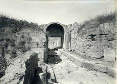 Pompeii Porta di Stabia or Stabian Gate. 1890-1900. Looking north through gate from outside the city. Looking north past the Cippus of L. Avianius Flaccus and Q. Spedius Firmus.   Photo courtesy of British School at Rome Digital Collections. See http://www.bsrdigitalcollections.it/details.aspx?ID=15505&ST=SS