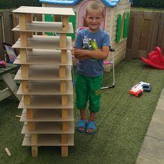 Noud heeft een toren gebouwd met @jeroen.verhoeven  Wie is er groter? De toren of Noud?