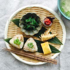 我が家もたけのこの季節に。 今朝は〈タケノコご飯のおにぎり、筍のおかか和え、玉子焼き、梅、春菊の胡麻和え〉 It is the season of the bamboo shoot. As for today's breakfast, a rice ball of the bamboo shoot rice is Maine!