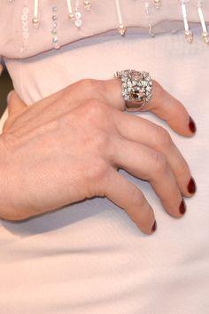 #oscar2014 - Ellie Kemper   Detalle del anilo con diamantes y piedras preciosas en rosa empolvado