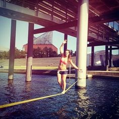 Waterline no estado americano do Tennessee. Uma das modalidades mais divertidas do Slackline!  @melissa.mcd  #slackclick #slackline #slackgirls #waterline #vemcomelas #elasradicais #momentooff #atitudeboaforma #slacklining