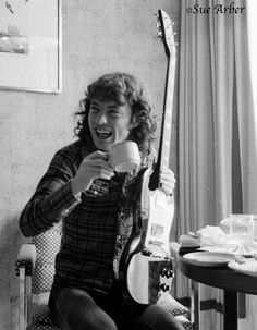 Angus Young - AC/DC - 1979-07-16 - GBR, London, Holiday Inn Swiss Cottage