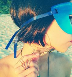 Ensaio de Carnaval Dalila em Fúria / Ideias de fantasia para o Carnaval 2015 (máscara azul) - Brinco dourado, anéis dourados e colar com pingente de pandeiro / Jewelry as Maxi earrings, necklace and hipster golden rings.