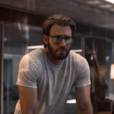 Many Fandoms — Steve Rogers with glasses yeah you& - Chris Evans Christopher Evans, Capitan America Chris Evans, Chris Evans Captain America, Robert Evans, Zeina, Man Thing Marvel, Marvel Actors, Raining Men, Tony Stark