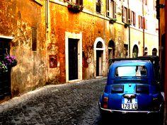 Trastevere est le quartier pittoresque le plus «chaleureux» de Rome.  Le quartier du Trastevere à Rome se touve par déla le Tibre (Tevere en italien) sur la même rive que le Vatican au sud ouest de Rome. Le Trastevere est longtemps resté un quartier à part de la ville. Ce quartier d'artisans et de commerçants principalement juifs et syriens...