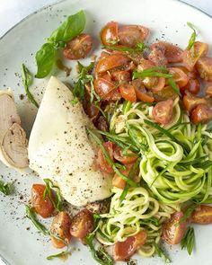 Kip 'bruschetta' met courgettespaghetti Bruschetta, Mozzarella, Spaghetti, Ethnic Recipes, Food, Zucchini, Essen, Meals, Yemek