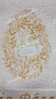 Páscoa 2016.  Toalha de visita branca com franjas, bordada com linha dourada, maravilhoso bordado trabalhado com motivo de Páscoa, com ovo e coelho. Bordados da Iuri.