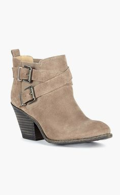 Taupe suede bootie with a stacked heel ♡