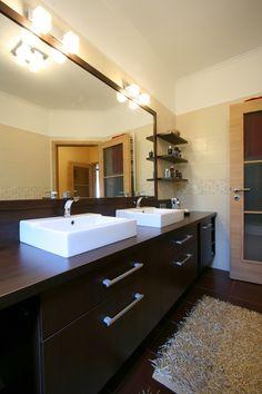 Modern fürdőszoba, wenge színű beépített fürdőszoba bútorral. Double Vanity, Bathroom, Kitchen, Home Decor, Washroom, Cooking, Decoration Home, Room Decor, Full Bath