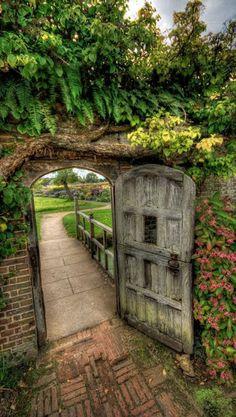 Garden Gate at Barrington Court Siento el olor de la humedad en la madera..ahhh!