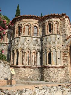 Pantanassa church (Byzantine city of Mystras), Peloponnese, Greece Byzantine Architecture, Church Architecture, Amazing Places On Earth, Byzantine Art, Cathedral Church, Ancient Ruins, Chapelle, Place Of Worship, Kirchen