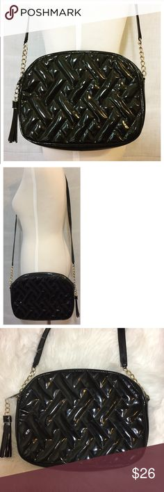 """T Vintage Talbots Patent Leather Quilted Small Black Gold Evening Bag  • Lovely vintage 1980s Talbots shoulder bag • The exterior is a quilted patent leather (there is no material tag, I believe the leather is genuine)  •The interior has no rips, good condition • The bag is in overall good vintage condition, no imperfections to note, just minor scuffs in the leather • 10"""" w x 7.5"""" h x 1.75"""" d Talbots Bags Shoulder Bags"""