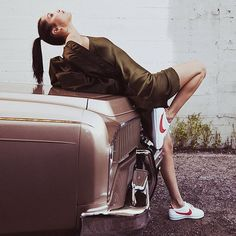 Bella Hadid teams up with Nike to reintroduce the Cortez for women. For more details on Nike's new Cortez releases, tap the link in our bio. Jeans And Sneakers Outfit, New Sneakers, Sneakers Nike, Nike Cortez, Forrest Gump, Stan Smith, Bella Hadid Nike, Gigi Hadid, Nike Campaign