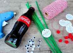 How to Make Coca-Cola Bottle Reindeer - Popsicle Blog Reindeer Christmas Gift, Coca Cola Christmas, Reindeer Craft, Christmas Ornament Crafts, Nordic Christmas, Diy Christmas Tree, Christmas Tables, Modern Christmas, Coca Cola Decor
