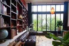 J'aime beaucoup les styles qui se mélangent dans cette pièce, anglais, industriel, cette bibliothèque qui court le long du mur...