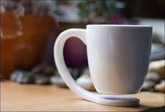 暖かいコーヒーや紅茶が飲みたくなる季節がやってきました。外に出たくないほど寒い日は、買い置きしておいたお菓子やちょっと贅沢なコンビニスイーツをお供にお家カフェというのも素敵です。 そして、お家カフェを楽しくするには、お気に入りのマグカップが欠かせません。そこで、思わず笑顔になってしまうようなユニークで便利なマグカップをご紹介します! 1.ティーバッグの釣り人 出典:http://entermeus.com マグカップの池の縁に腰掛けた釣り人が、ティーバッグを使って釣りをしているデザインです。ここにティーバッグをぶら下げることで、時間が経った時に取り出しやすくなっています。 2.垂れてくるコーヒーを『あーん』する人 出典:http://d.hatena.ne.jp マグカップを使って飲み物を飲むと、どんなに気を付けていても飲み口からしずくが垂れてしまうもの。このマグカップはそんな特徴を上手に活かしています。これなら、垂れたしずくにイライラすることもなさそうです。 3.宙に浮いたマグカップ 出典:http://girlschannel.net…