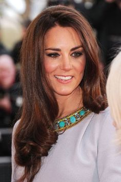 60 Outstanding Auburn Hair Color Ideas You'll Love - My New Hairstyles Princesa Kate Middleton, Cabelo Kate Middleton, Kate Middleton Style, Hair Color Auburn, Auburn Hair, Princess Kate, Princess Katherine, Wedding Guest Hairstyles, Prince William And Kate