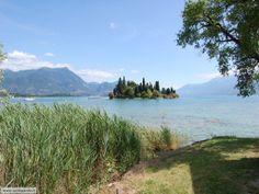Isola di San Biagio detta anche Isola dei Conigli. Sul lago di Garda. Posto incantevole, un'isola verde circondata da acqua cristallina. Raggiungibile in 5 minuti con il battello da Manerba. Sull'isolotto è presente un chiosco per mangiare. Ideale per passare un pomeriggio al lago, bellissimo posto per fare il bagno! Segnalato un parcheggio gratuito a Manerba su gomypass!!