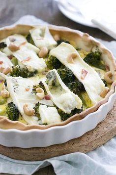 Deze hartige taart met broccoli en brie is een topper! Extra lekker met de spekjes en cashewnoten. Een gerecht dat wij mij betreft altijd van pas komt. Als snelle lunch, makkelijke maaltijd of onderdeel van een tafel vol hapjes.