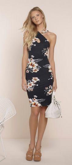 vestido midi tubinho com detalhe de alça transpassada estamapado hibiscus