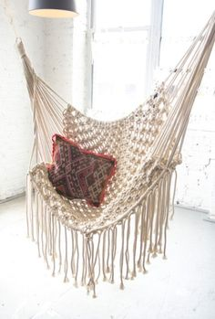 Découvrez nos meilleurs trucs pour intégrer le macramé à votre décor; suspension, pièce murale, support à plantes, chaise, coussin, etc.