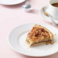 Ein Kuchen, der seinem Namen alle Ehre macht: mit einer dicken Nussschicht aus verschiedenen Nusssorten und einer ebenso dicken Nougatschicht.