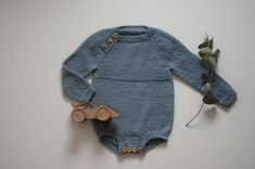 Birk romper – Knit By TrineP Needle And Thread, Baby Knitting, Knit Crochet, Victoria, Baby Rompers, Sticks, Collection, Dresses, Inspiration