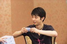 質問タイムの後には、賢二先生からサプライズプレゼントを贈る場面も。頬を赤らめて言葉をつまらせる羽生選手は必見!