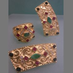 Byzantine design | Earings and ring in 18 carat gold with precious stones