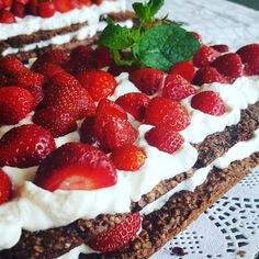 And we're getting ready... to party: 40 it is all summer long :) #friendsandfamily #celebration #strawberrycake #joice #JoiceOfCooking