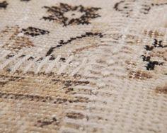 Détail d'un de nos tapis patchworks, fabriqués dans la tradition Turque. Plusieurs pièces de tissus sont assemblées et solidement cousues, allongeant l'espérance de vie de la matière et ajoutant ainsi une dimension éco-responsable à votre décoration! A découvrir sur http://www.sukhi.fr/catalogue/tapis-patchworks/sur-teints.html