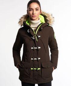 ¡Cómpralo ya!. Trenca Everest. Trenca Everest de Superdry para mujer. Este abrigo acolchado largo tiene una capucha con lujoso ribete de pelo de imitación, puños y bajo elástico, y se abrocha con una cremallera bidireccional para mantener el frío a raya. Sus dos bolsillos con cremallera externos lo convierten en una prenda muy práctica también. La capucha está completamente forrada de un grueso borreguillo y el ribete de pelo es ajustable y lleva broches de presión. Su interior est�...
