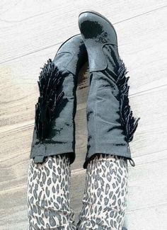 Botas negras de flecos  con estampado de leopardo