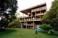 This villa was initially designed for Surottam Hutheesing, President of the Ahmedabad Mill Owners' Association. In the end, the luxurious bachelor residence was actually built for Shyamubhai Shodhan . Le Corbusier, Architects In Ahmedabad, Brutalist Buildings, Classic Building, French Architecture, Old Wall, Villa, Floor Plans, Mansions