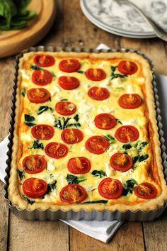 tarta z pomidorami, szpinakiem i fetą; use calaloo, cheddar and scallions instead of spinach, feta and leeks Vegetarian Recipes, Cooking Recipes, Healthy Recipes, Quiche, Fancy Dishes, Feta, Good Food, Yummy Food, Salty Snacks