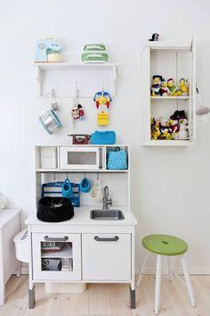 Teemun huoneen vanha seinäkaappi kätkee sisäänsä aarteita. Lasten isä on alaluokilla ommellut hauskan kokoelman Ankkalinnan väkeä. Äiti maalasi leikkikeittiön yhteensopivan väriseksi ja virkkasi turkoosit säilytyskorit.