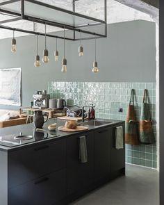 Barbara Natzijl on Instagram: Morgen! Aan de andere kant van de woonkamer kozen @jacolin_v_m en @davids_creative_life voor een zwarte keuken met groene tegels van