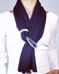Ways To Tie Scarves, Ways To Wear A Scarf, How To Wear Scarves, Diy Fashion Scarf, Diy Fashion No Sew, Fashion Scarves, Diy Fashion Videos, Navy Blue Scarf, Crochet Scarfs