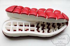 Belles semelles pour chaussures avec un design original. Semelle extérieure unique faite de caoutchouc mou. Parfait pour la fabrication des mocassins ou KED toute chaussure tricotés et bouillie. La hauteur de la semelle au talon de 35 cm de 25 mm de proue. Hauteur d'épaule 4 mm.