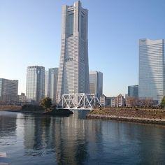 青空に #空 #青空 #横浜 #みなとみらい #ランドマークタワー #japan #yokohama #sky #skyline #blue #bluesky #sunnyday #riverside #seaside #building
