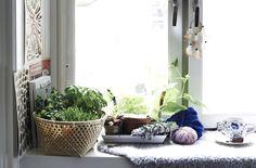 Luo mukava ikkunapenkki pehmeillä tekstiileillä