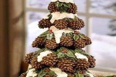 Összegyűjtött néhány fenyőtobozt, majd minden idők legszebb karácsonyi