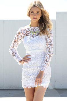 vestido ajustado blanco con decoracion en bordado