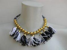 Collar etnico en tonos blancos y negros con dorado www.laszarandajas.com