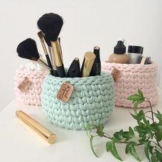 Crochet Slipper Pattern, Crochet Basket Pattern, Crochet Slippers, Crochet Patterns, Crochet Storage, Diy Crochet, Easy Diy Crafts, Knitted Bags, Crochet Designs