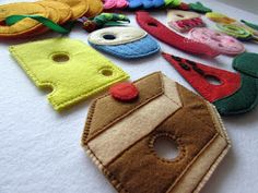 Materiali poveri per giochi ricchi: Tutti i bruchi diventano farlalle Knitting Toys Easy, Story Sack, Felt Board Stories, Sewing School, Felt Quiet Books, Felt Food, Very Hungry Caterpillar, Eric Carle, Chenille