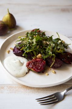 This arugula salad recipe combines grilled fresh figs with beets and a goat cheese dressing! #freshfigrecipes #grilledfigs #saladideas Fig Salad, Arugula Salad Recipes, Beet Salad, Salad Dressing Recipes, Healthy Salad Recipes, Fig Recipes, Walnut Salad, Fresh Figs, Salad Plates