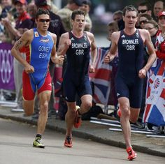 Britain's Alistair Brownlee (R) runs ahead of Jonathan Brownlee (C) and Spain's Javier Gomez in the men's triathlon final during the London 2012 Olympic Games at Hyde Park August 7, 2012.